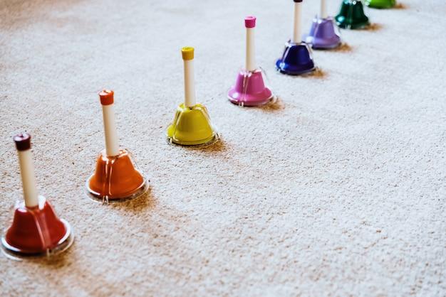 Campanas de colores musicales montessori para enseñar música a los niños.