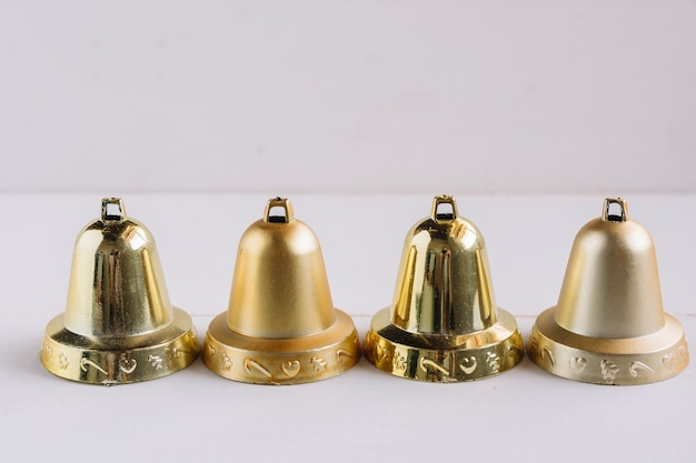 Campanas metalicas en mesa de luz.