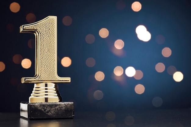 Campeón o ganador trofeo de oro sobre azul