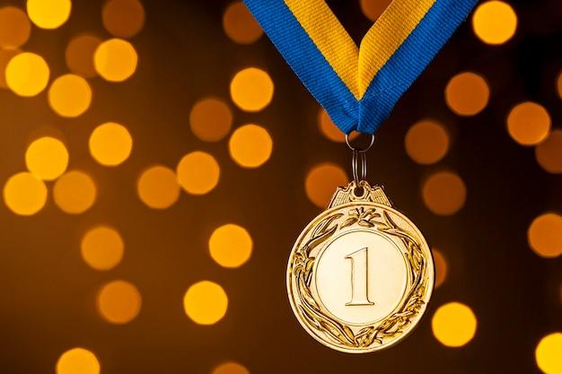 Campeón de oro o medallón de ganadores en una cinta