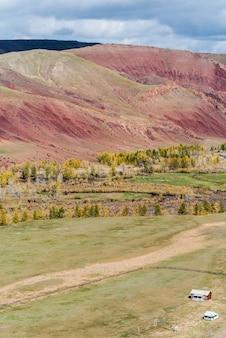 Camping abandonado en el valle del río kyzylshin. rusia, república de altái
