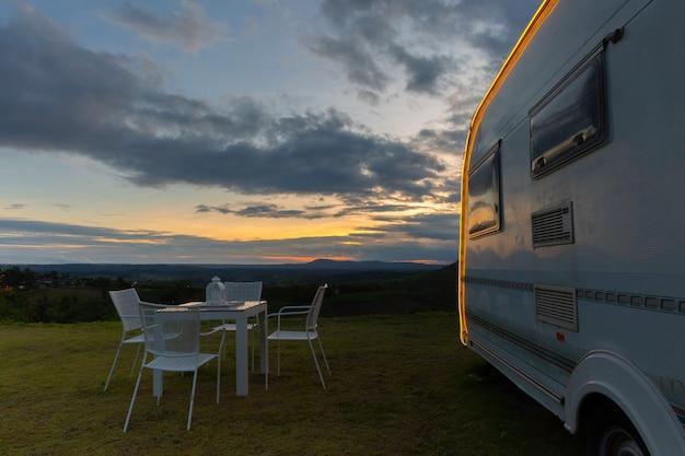Camping con caravanas al anochecer