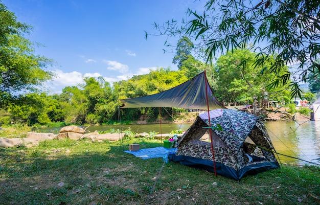 Camping y carpa en parque natural cerca del río.