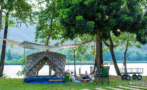 Camping y carpa en parque natural y lago.