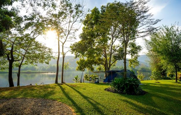 Camping y carpa en parque natural con puesta de sol.