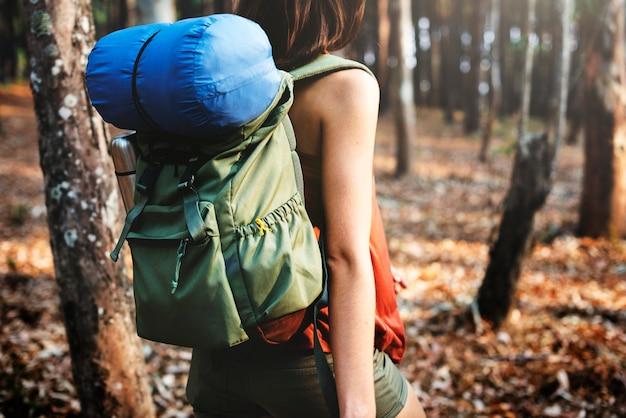 Camping mujer backpakcer ocio concepto de vacaciones