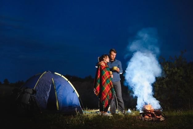 Camping romántico cerca del bosque en las montañas.