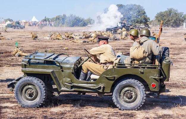 El campo de batalla con explosiones de proyectiles y bombas, humo.