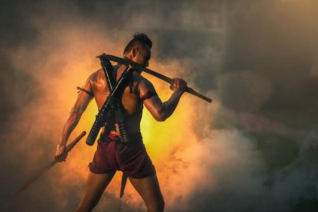 En el campo de batalla, guerrero tradicional en tailandia.