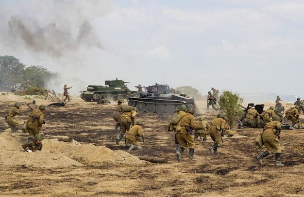 Campo de batalla. reconstrucción de la batalla de la segunda guerra mundial. batalla por sebastopol. reconstrucción de la batalla con explosiones.