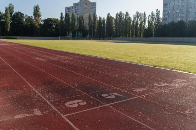 Campo de carrera de primer plano a la luz del día