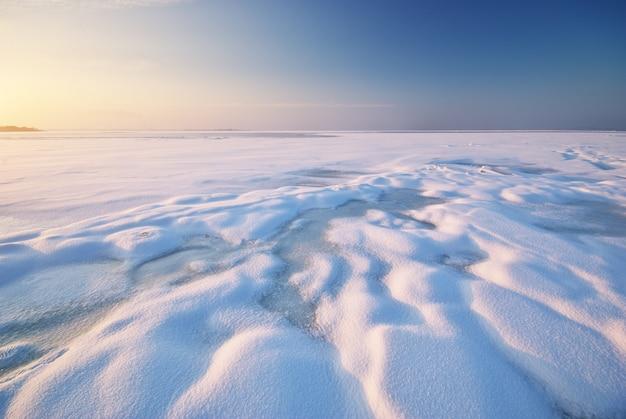 Campo cubierto de nieve y paisaje de hielo.