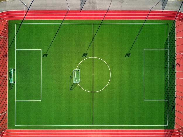Campo deportivo vacío desde arriba que está cerrado al público