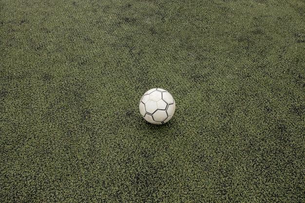 Campo de fútbol con balón de fútbol