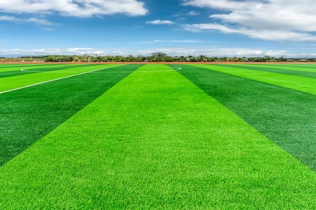 Campo de fútbol y un cielo nublado. campo verde.