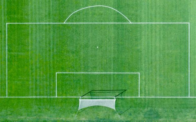 Campo de fútbol con marcas blancas