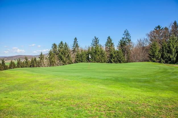 Campo de golf en otocec, eslovenia en un día soleado de verano