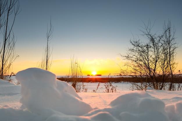 Campo de invierno con nieve en el país.