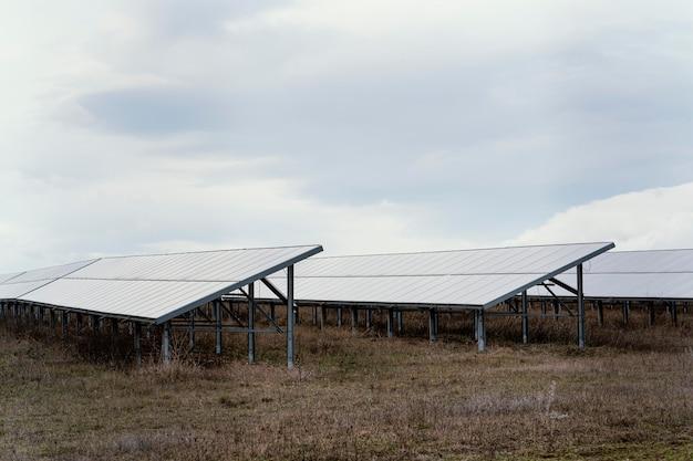 Campo con muchos paneles solares y espacio de copia.