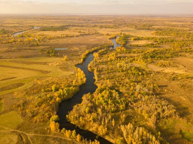 Campo de paisaje amarillo otoño aéreo con río