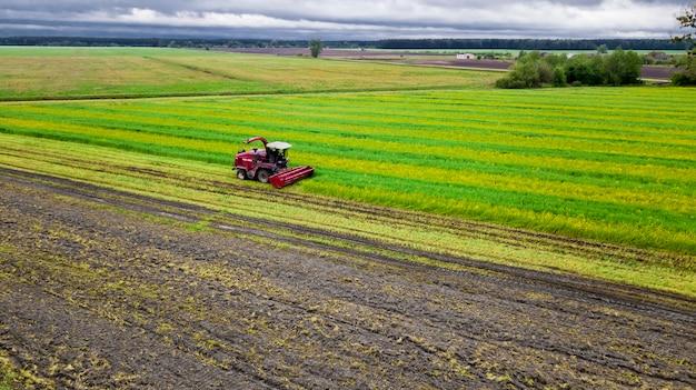 Campo verde de la cosechadora roja, foto aérea