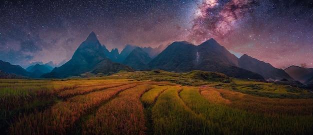 Campos de arroz en terrazas con vía láctea con el monte fansipan en lao cai, vietnam del norte.