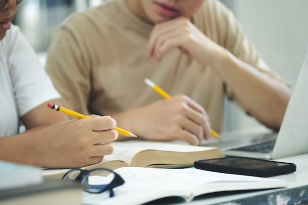 El campus de jóvenes estudiantes ayuda a un amigo a ponerse al día y aprender