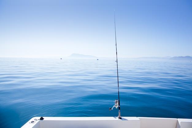 Caña de pescar en barco en el mar azul mediterráneo