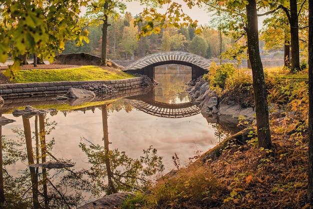El canal de agua es un pequeño puente acogedor que se refleja en el agua.