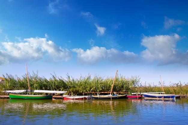Canal de la albufera de barcos en el palmar de valencia.