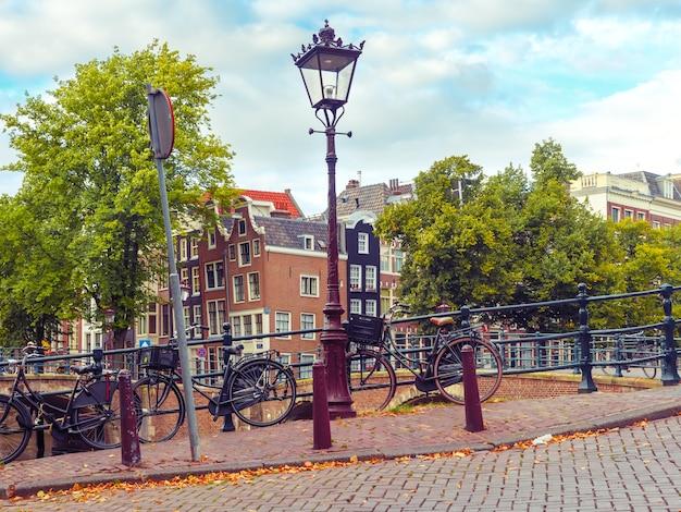 Canal de amsterdam, holanda, países bajos.