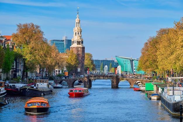 Canal de amterdam, puente y casas medievales