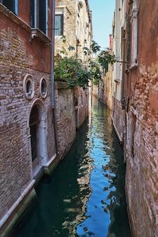 Canal estrecho tradicional en venecia, italia.