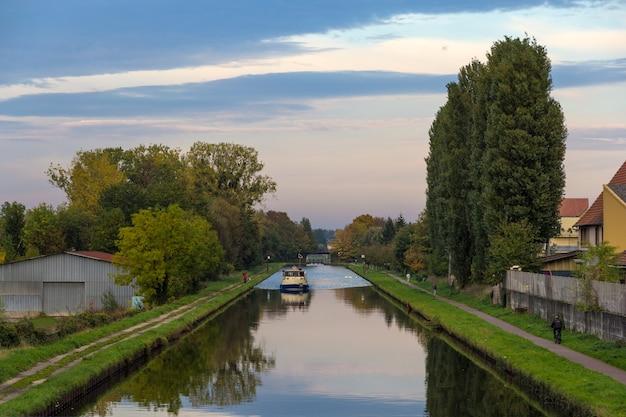 Canal del rin en saverne noche de otoño