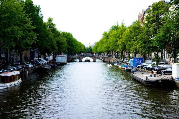 Canales de ámsterdam, barcos a pie sobre el agua.