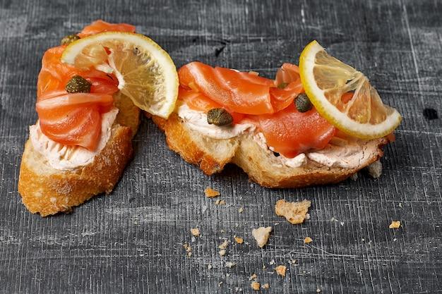 Canapé con salmón ahumado y queso crema, enfoque selectivo, vista de ángulo bajo