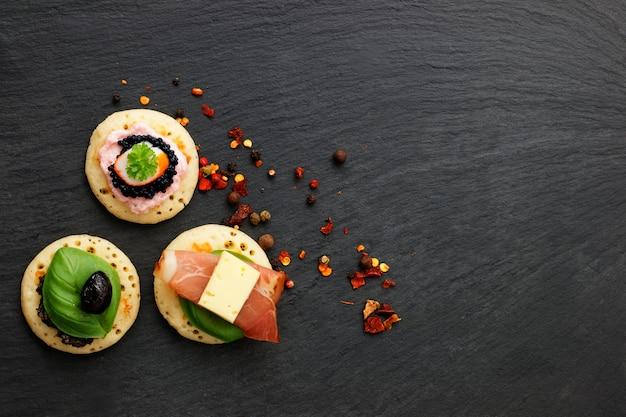 Canapés caseros para panqueques en placa de piedra pizarra para fiesta de comida con los dedos