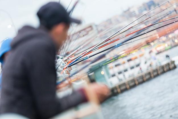 Cañas de pescar en el puente de gálata en estambul