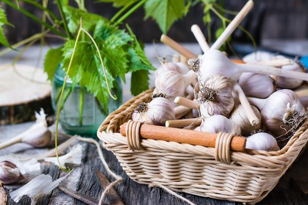 Canasta con ajo en una mesa de madera