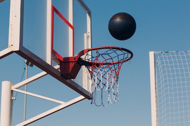 Canasta de baloncesto y pelota callejera