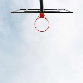 Canasta de baloncesto y red con vista al cielo.