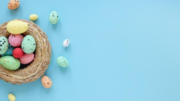 Canasta con coloridos huevos de pascua