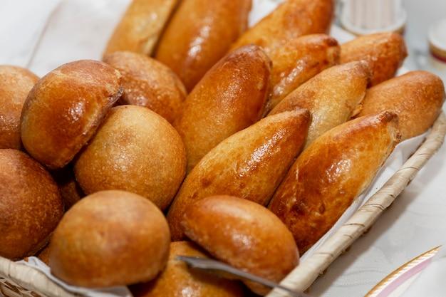 Una canasta con deliciosos pasteles rusos sobre la mesa.
