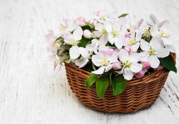 Canasta con flores de manzana.