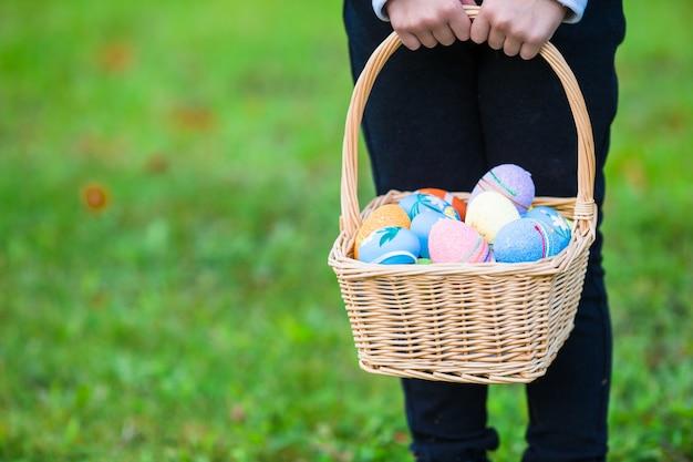 Canasta con huevos de pascua en vacaciones de pascua