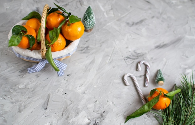 Canasta de madera mandarina con hojas y luces,