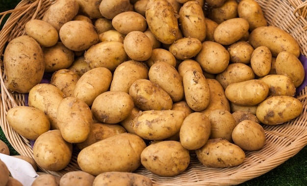 Canasta de patatas frescas