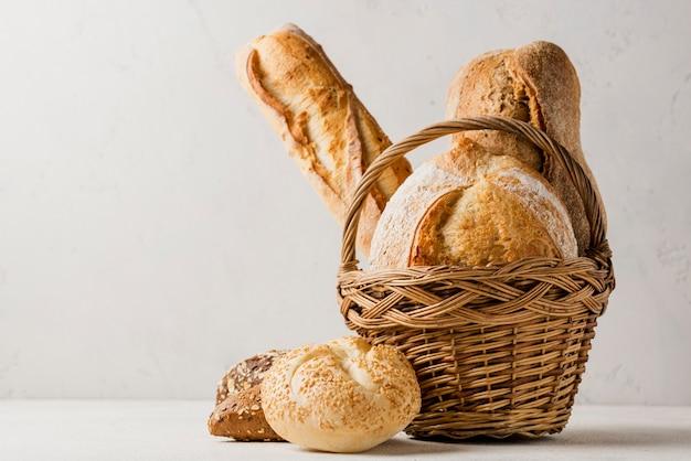 Canasta con varios panes blancos y granos integrales