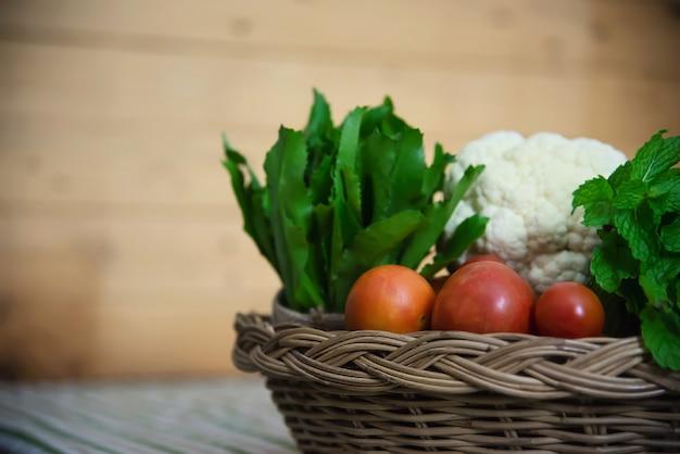 Canasta de verduras frescas y listas para cocinar en la cocina