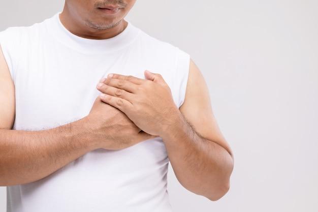 Cáncer de mama en concepto de hombres: retrato de hombre asiático en postura de cuidado o protegerse del cáncer de mama.
